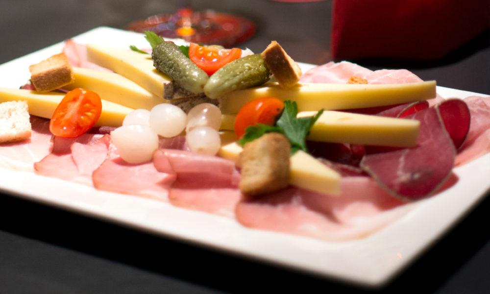 aperitivo con prodotti locali al Campra Lodge