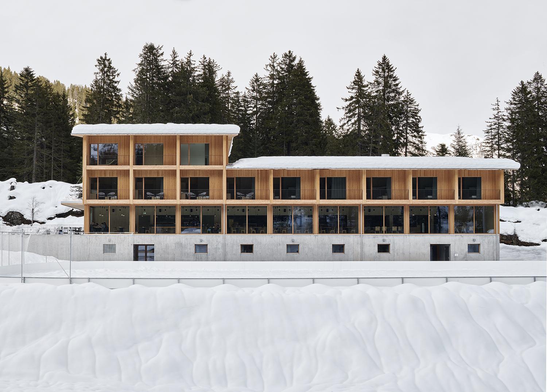 la facciata del Campra Alpine Lodge & Spa in inverno
