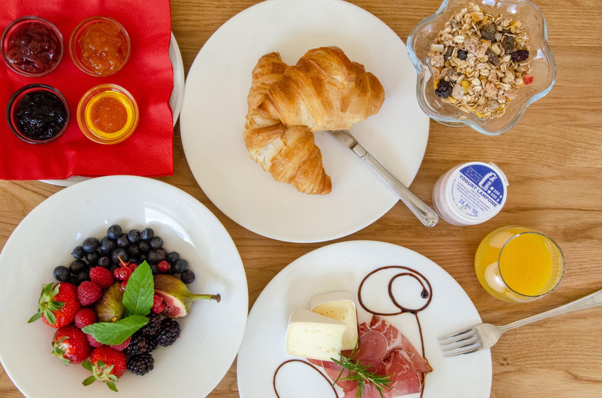 colazione con prodotti locali al Campra Alpine Lodge & Spa