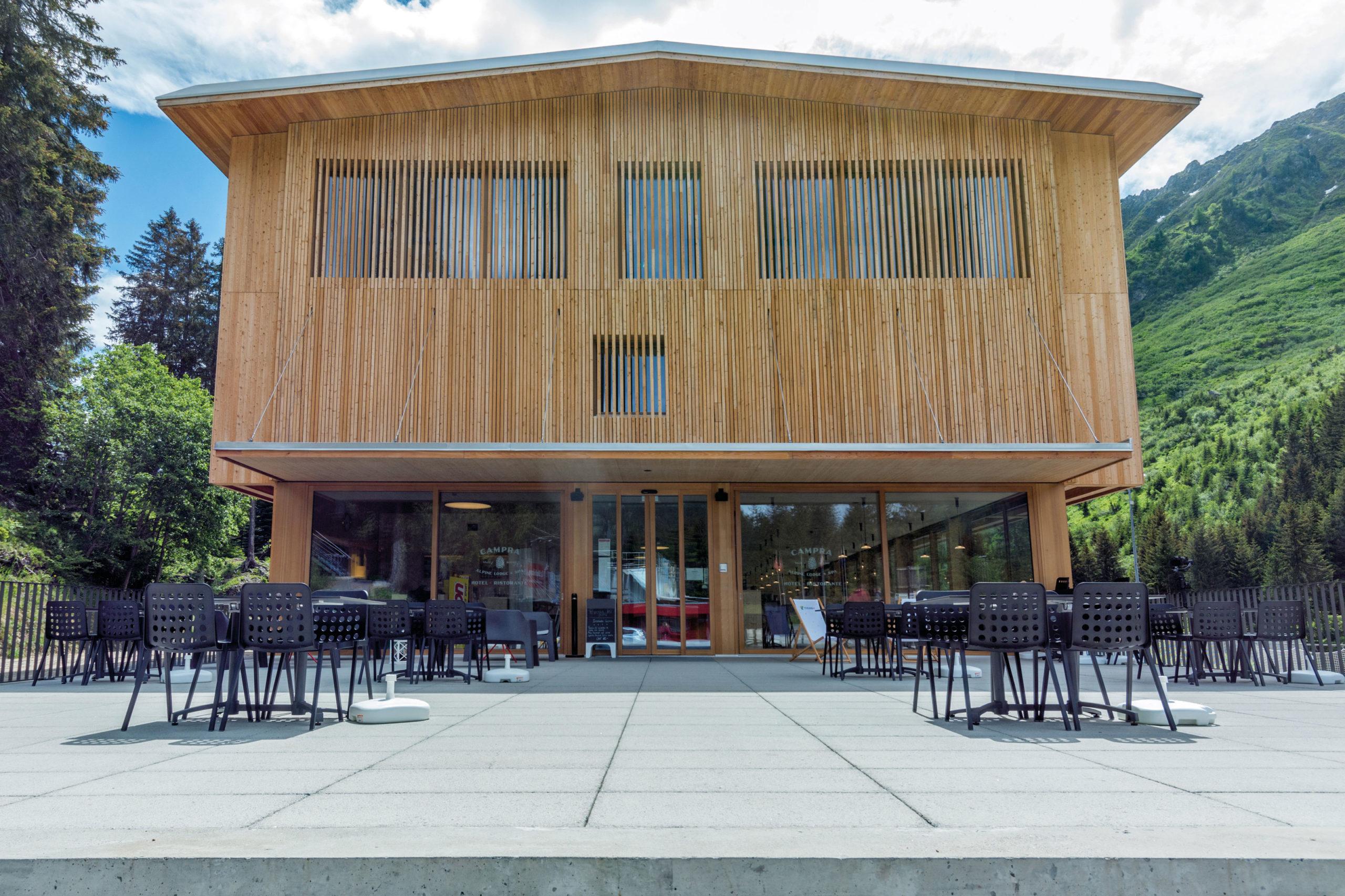 la terrazza d'estate al Campra Alpine Lodge & Spa